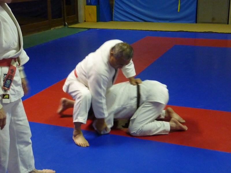 tori contr le au niveau de la ceinture et saisit le judogi au coude. Black Bedroom Furniture Sets. Home Design Ideas